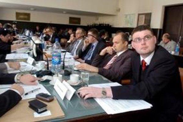 Poslancom krajského zastupiteľstva sa podarilo nájsť kupcov pre prebytočný majetok kraja.