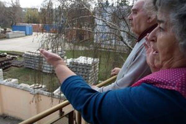Výhľad z balkóna manželov Voščinárovcov. Hneď vedľa ich pozemku mali podľa pôvodného plánu vyrásť až 5-poschodové bytovky. Po protestoch z nich investor ubral dve poschodia.