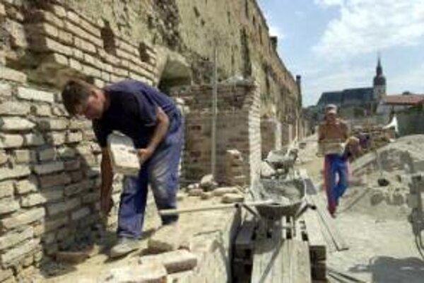 Dlhší úsek hradieb na Michalskej ulici mesto opravilo v roku 2003. Náklady vtedy presiahli 100-tisíc eur.