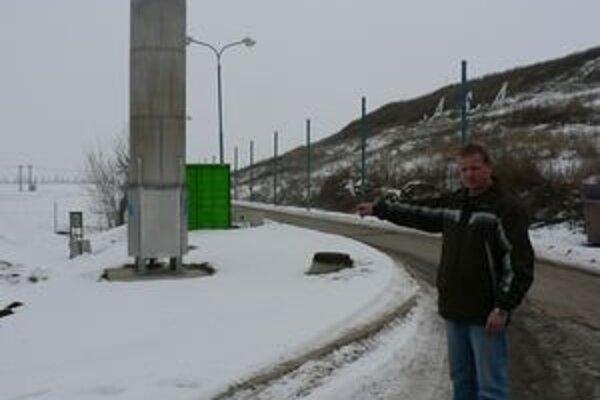 Správca skládky Michal Mikláš ukazuje na miesto, kde by mala elektráreň stáť.