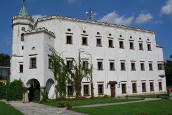 Slovinskí vlastníci kaštieľa v Moravanoch nad Váhom už niekoľko rokov nekomunikujú. Pamiatka chátra.
