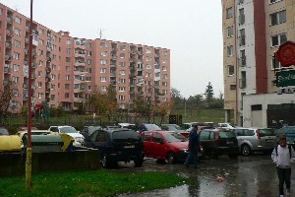 Ľudia zo sídliska sa sťažujú na nedostaok parkovacích miest.