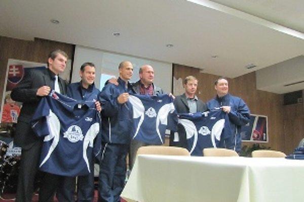 Výstroje pre mladých hokejistov odovzdali predstavitelia nadácie v Trnave.