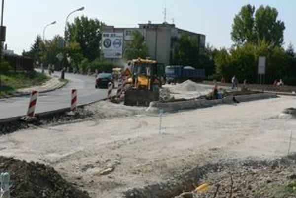 Výstavba okružnej križovatky na Nitrianskej.
