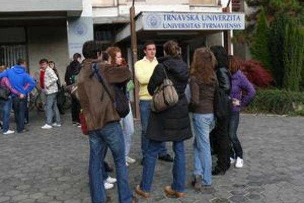 Študentov na začiatku semestra čakal šok v podobe informácie o predčasných štátniciach. Tento týždeň prišiel ďalší.