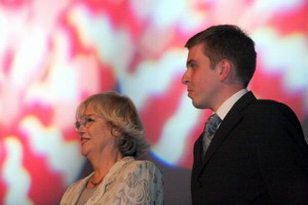 Čestná predsedníčka Medzinárodného filmového festivalu (MFF) Cinematik Božidara Turzonovová (vľavo) a výkonný riaditeľ MFF Cinematik Tomáš Klenovský počas otváracieho ceremoniálu v Dome umenia Piešťany 10. septembra 2008.