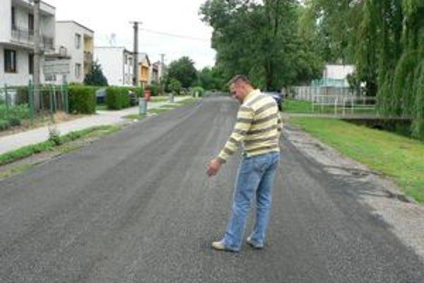 Cesta v Bašovciach je pokrytá súvislou vrstvou štrku.