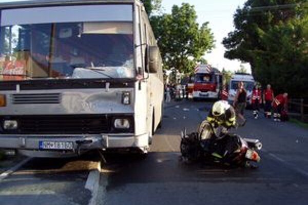 Po zrážke skútra s autobusom zomreli dvaja mladí ľudia.