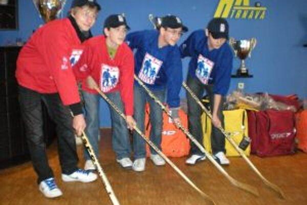 Mladí hokejisti dostali od Kanaďanov nový výstroj