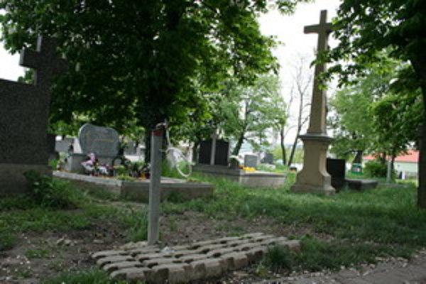 Cintorín v Šulekove navštevujú Rómovia s nádobami na vodu.