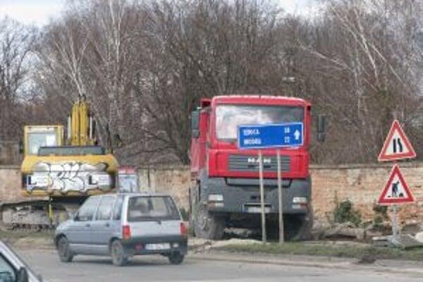 Situácia na Trstínskej ceste je zatiaľ pod kontrolou
