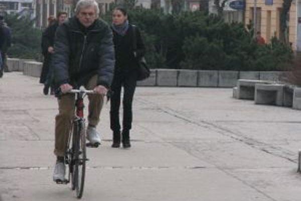 Cyklisti sa budú musieť pripraviť na nový zákon, nosenie prilieb mimo obce neminie nikoho.
