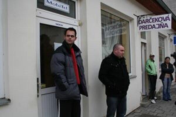 Dvaja muži zachránili majiteľku pred ďalšími útokmi lupiča.