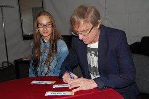 V zákulisí Žbirka rozdával autogramy. FOTO SME - MIRO ČEVELA