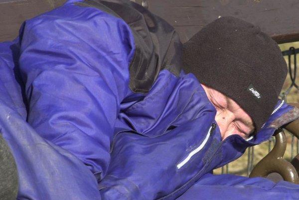 Bezdomovci prespávajú na rôznych miestach.