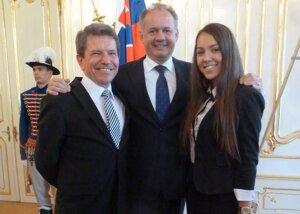 S prezidentom Andrejom Kiskom sa stretla študentka Simona Rendeková aj je učiteľ Stanislav Malega,