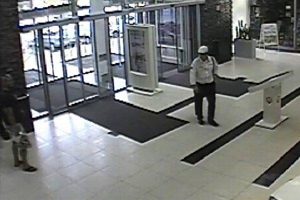 Pri analýze kamerových záznamov policajti zistili troch podozrivých.