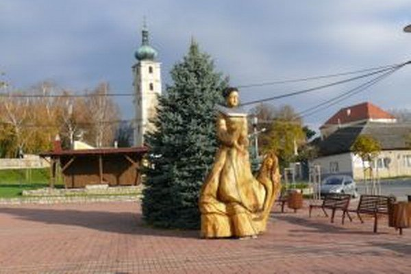 V Čachticiach si ľudia vyberajú starostu z dvanástich kandidátov.