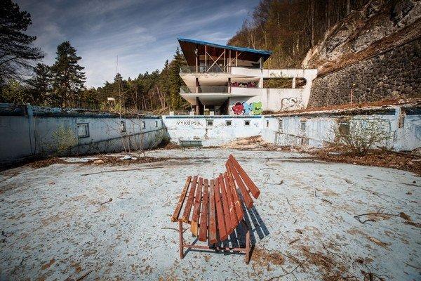Kúpalisko Zelená žaba v Trenčianskych Tepliciach je od roku 2001 zatvorené a nevyužité.