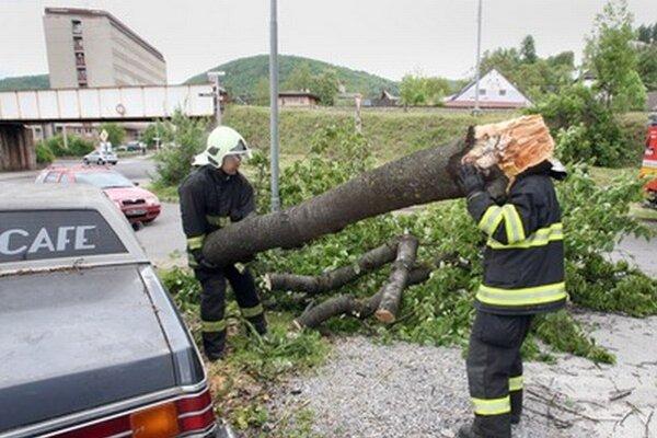 Silný vietor komplikuje aj situáciu v okrese Trenčín