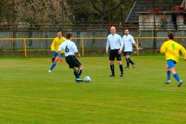 Horňany (v modrom) nastrieľali Novej Bošáci osem gólov.
