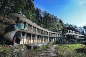 Zelená žaba je dielom významného architekta Bohuslava Fuchsa, ktorý formoval modernú architektúru prvej polovice 20. storočia.