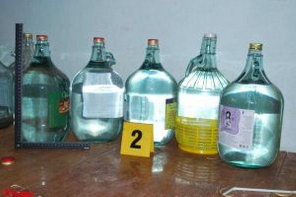Policajti našli aj alkohol a zariadenie na výrobu liehu.