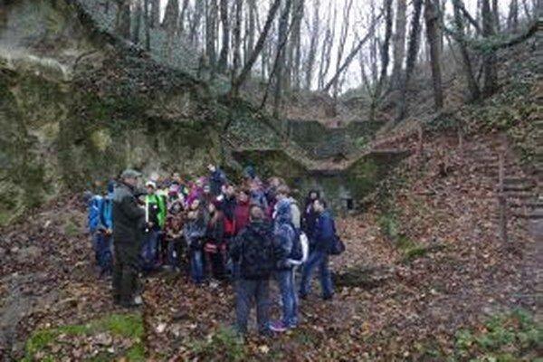 Lesníci sprevádzali žiakov po náučnom chodníku.