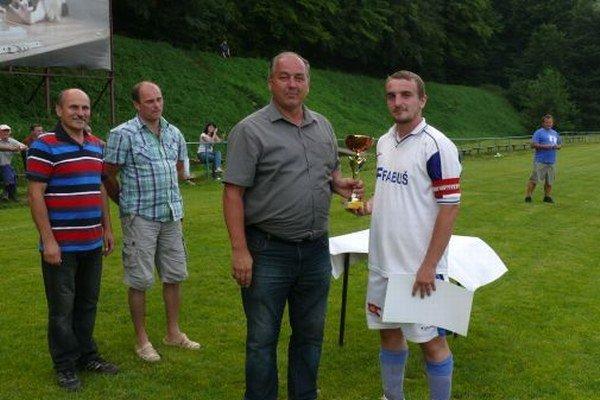 Borčice si odniesli zo Selca pohár za prvé miesto. Cenu odovzdal predseda komisie mlážede a školského futbalu Jozef Hilčík.