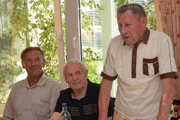 Klubové stretnutie zlatej trenčianskej generácie na počesť oslávenca. Zľava: Pavol Malík, Vojtech Masný, Jozef Piaček.