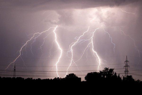 Búrku sprevádzala nebezpečná veterná smršť.