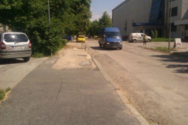 Opravili iba časť chodníka na Veľkomoravskej ulici.