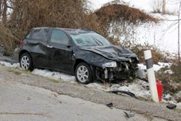 Osobné auto skončilo zničené vedľa cesty