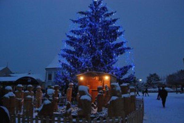 Vianočné osvetlenie na Námestí slobody dostalo modrý nádych