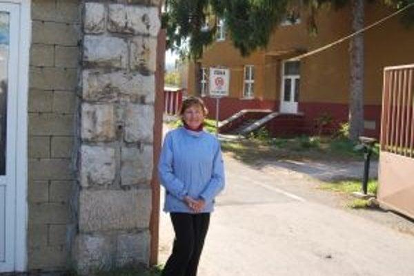 Oľga Nápokyová pred kasárňami, kde sa pred 26 rokmi prvýkrát postavila pred filmovú kameru.