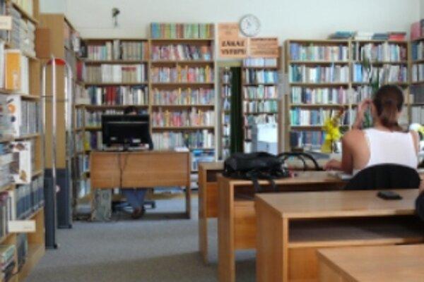 Zbaliť musia tisíce kníh a dokumentov.