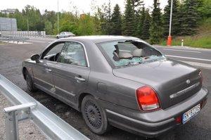 auto s rozbitými sklami