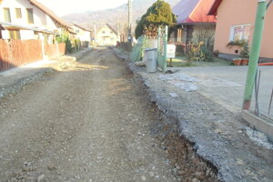 Úplne zneprístupnené cesty kvôli kanalizácií