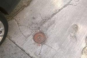 prepadajúca sa cesta nad plynovým uzáverom a potrubím