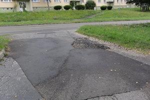 Hlboký výtlk pri príjazdovej ceste na parkovisko nar bývalým 8r. gymnáziom