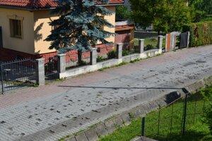 Vypadaná dlažba na ulici Pod Banošom
