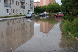Zaplavené parkovisko na Gazdovskej ulici