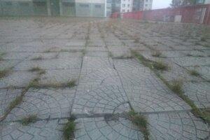 Ropadajúca sa terasa nad obchodom Koruna