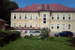 Policajná hliadka hrala v službe futbal.