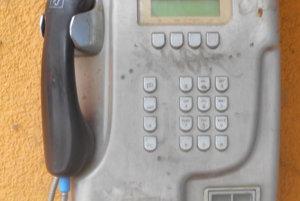 Dožívajúci verejný telefónny automat v Žiline