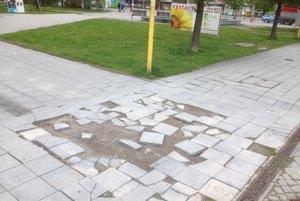 Chdník pri VUB smerom na pamätník už dlhšiu dobu ohrozuje bezpečnosť chodcov.