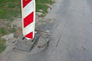 havarijný stav obslužnej komunikácie napojenj na Sládkovičovu ulicu