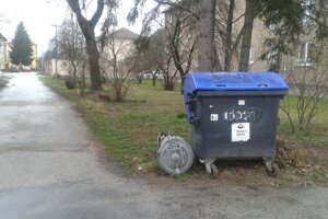 Rozpadnutá zberná nádoba na odpad