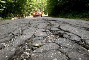 katastrofálny stav príjazdovej cesty