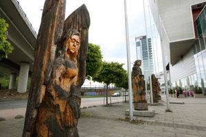 Drevené sochy pri Europe